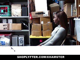 Shoplyfter Caliente Adolescente De ébano Golpeado Por Robar