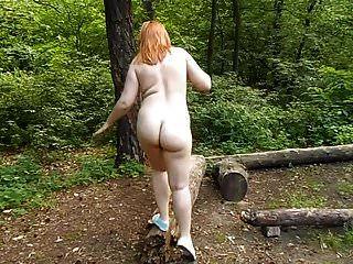 Amateur Pelirroja Gordita Desnuda En Un Parque Público