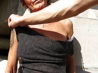 Abuela Tatuada Caliente Disfruta Dando Mamada