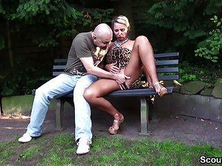Fremder Typ Spricht Geile Milf Im Park An Und Darf Ficken