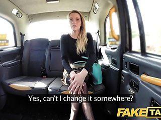 Falso Taxi Sexy Holland Dama Con Falda Corta Y Medias