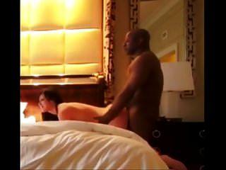 Esposa Engaña A Su Marido Con Toro Negro En El Hotel