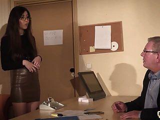 Secretaria Atrapó A Un Compañero De Trabajo Chupando Al Viejo Jefe Debajo Del Escritorio