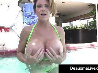 Deauxma De Milf Húmeda Caliente Nada Desnuda Y Frota Tetas En Una Piscina Porno