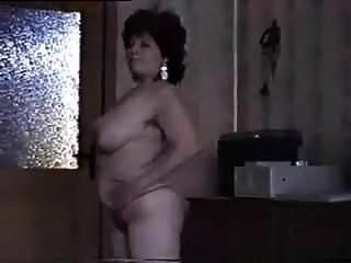 Mujer Madura Se Desnuda Y Muestra Su Jugoso Coño.