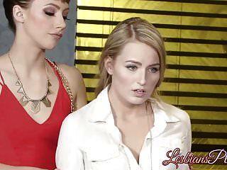 Hermosa Policía Lesbiana Complacida Por Hottie Morena