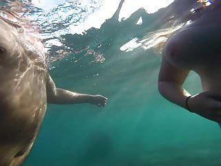 Big Tit Esposa Topless Playa En Grecia Bajo El Agua