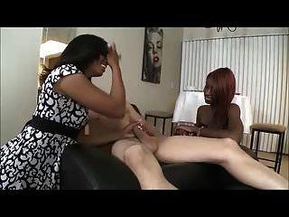 Dos Chicas Negras Chupan A Un Chico Blanco