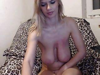 Puta Delgada Con Enormes Tetas Hace Un Show De Webcam