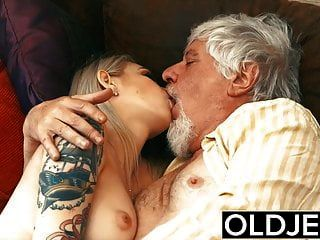 Prostituta Tatuada Follada Por Un Viejo Que Se Traga Su Semen