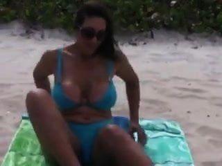 Madre Tetona Madura Con Tetas Naturales Increíbles Desnuda En La Playa