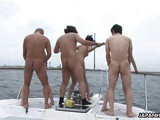 Grupo De Mierda En Un Barco Con Hermosas Perras Asiáticas Tetonas