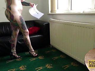La Boca De Un Cerdito Completamente Tatuado Se Cerró De Golpe Por Un áspero Dom