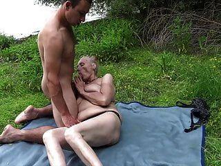 Abuela Seducida Por Joven Nudista