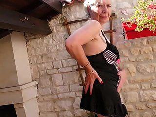 Abuelita Del Reino Unido Caroline Alimentando A Su Viejo Coño